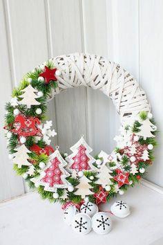 Festive DIY Holiday Season Wreaths as You Gear Up for Christmas Crochet Christmas Wreath, Noel Christmas, Holiday Wreaths, Xmas Crafts, Christmas Projects, Festive Crafts, Theme Noel, Hanging Ornaments, Diy Wreath