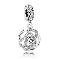 Dieser schimmernde Wildrosen Charm-Anh�nger aus 925 Silber verziert mit 65 klaren CZ zeigt die detailierte Handwerkskunst f�r die Pandora bekannt ist. Trage ihn an einem Pandora Armband oder als romantischen Anh�nger an einer Kette.
