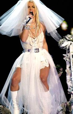 Britney Spears Wedding, Britney Spears Live, Britney Spears Photos, Singer Costumes, The Wedding Singer, Britney Jean, Tiffany Wedding, 2000s Fashion, Married Woman