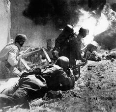German paratroopers face heavy fire during their 1940 attack on Belgium's Fort Eben Emael. (akg-images)