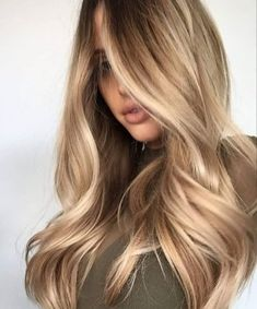 Culori de păr care te întineresc | DivaHair.ro - Blond-miere Butter Blonde Hair, Cream Blonde Hair, Dark Blonde Hair Color, Beautiful Blonde Hair, Hair Color Cream, Hair Color Balayage, Brown Hair Colors, Blonde Curls, Golden Blonde