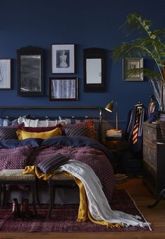 8 Dreamy dark bedrooms you will love for the cold season (Daily Dream Decor) - Idee deco - Bedroom Dark Blue Bedrooms, Blue Rooms, Bedroom Yellow, Jewel Tone Bedroom, Bedroom Black, Yellow Walls, Navy Bedroom Walls, Maroon Bedroom, Blue And Gold Bedroom