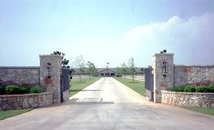 Quite an entrance into a private Quarter horse ranch. Designed by Equine Architects. Quite an entrance into a private Quarter horse ranch. Designed by Equine Architects. Farm Entrance, Entrance Signage, Driveway Entrance, Front Gates, Entrance Gates, Electric Driveway Gates, Portal, Stone Driveway, Farm Gate