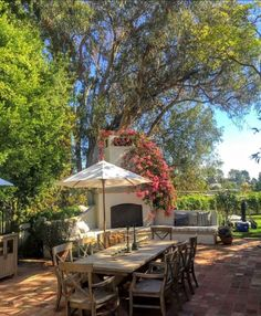 Outdoor kitchens are the perfect way to enhance patios, yards and outdoor spaces. Most homeowners also consider paradise outdoor. Outdoor Rooms, Outdoor Gardens, Outdoor Living, Outdoor Decor, Hm Home, Home Again, Deck, Patio Furniture Sets, Furniture Design