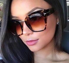 Para mulheres arrojadas que precisam mudar seu visual no dia-dia.  #oculosdesol #oculosoncinha #oculostartaruga #oculosonça Glamour, Sunglasses Women, Fashion, Women's Sunglasses, Girl Glasses, Tom Ford Sunglasses, Big Glasses, Cat Eye Glasses, Lenses