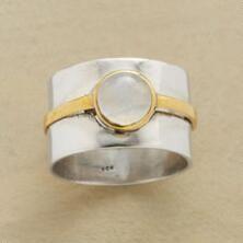 Dvojité pruhované měsíční kámen prsten vám umožní accessorize s dvakrát sexy.
