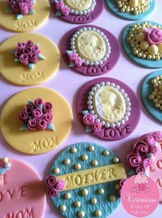This set consist of one dozen( 4 different designs) of vintage cupcake toppers. Hand made flowers, pearls, cameo decorations, are just a few of the Cupcakes Bonitos, Cupcakes Lindos, Cupcakes Flores, Cookies Cupcake, Mother's Day Cookies, Fondant Cupcake Toppers, Fondant Cake Tutorial, Oreo Cookies, Pretty Cupcakes