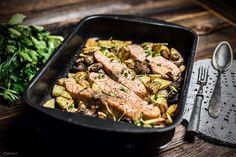 Einfaches Rezept mit Lachs und Kartoffeln aus dem Ofen. Lachschnitten mit Zitronen- & Olivenöl. Gesundes Abendessen.