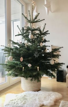 Learn how to decorate for Christmas like a minimalist with these modern and simple Christmas decorating ideas! Add these scandinavian style christmas decor ideas to your minimalist christmas decorations this year for a cozy touch. Traditional Christmas Tree, Small Christmas Trees, Noel Christmas, Modern Christmas, Simple Christmas, Scandinavian Christmas Trees, Minimalist Christmas Tree, Christmas Tree For Apartment, Real Xmas Trees