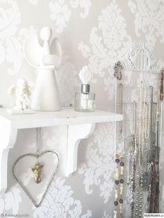 Paviljong i silver som glamourös bakgrund vid smyckessamlingen.