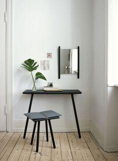 Möbelserien Georg av Christina Liljenberg Halstrøm för danska Skagerak gör det möjligt att möblera hallen och andra delar av hemmet på ett funktionellt och samtidigt stilfullt sätt. Serien innehåller klädhängare, galgar, pall, bänk, konsolbord, skrivbord, matbord, barpallar samt två speglar. Samtliga tillverkade i massiv ek och vissa med detaljer i naturmaterial såsom ull och läder.Georg Pall finns i obehandlad ek och svartlackad ek.