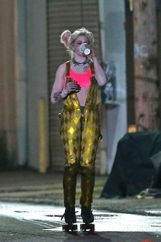 Margot Robbie was back in character as supervillain Harley Quinn on Sunday night as she shot scenes for the all-female Suicide Squad spin-off Birds of Prey in Los Angeles. Arlequina Margot Robbie, Margot Robbie Harley Quinn, Margo Robbie, Hearly Quinn, Joker And Harley Quinn, American Comics, Dc Heroes, Birds Of Prey, Fantasy Girl