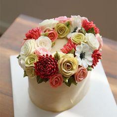 Thailand student's work...basic class. wreath style buttercream flowercake.  #cherryblossom #buttercream #butter #buttercreamflowers #flowers #flower #cake #cakes #kiss #kissthecake #koreanstyle #koreanbuttercream #spring #wreath #케이크 #케익 #플라워케이크 #플라워 #플라워케익 #버터크림 #키스더케익 #키스 #키스더케이크 #버터크림플라워케이크 #여름