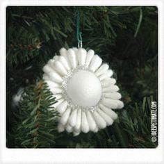 cotton fioc ball Christmas Crafts, Merry Christmas, Christmas Ornaments, Make Design, Ideas Fáciles, Cotton, Handmade, Christmas Decor, Holiday Ornaments