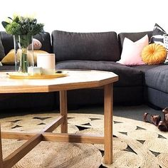 Some beautiful styling featuring our Jute Poppy rug by @theamandaedit_. Head over for full image tags.  Hope everyone is staying cool this week!  #harrisonandcostyle #juterugs #jute #interiorstyling #interiordecor #livingroom