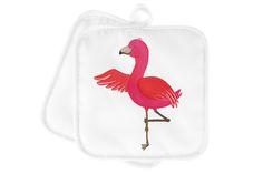 2er Set Topflappen  Flamingo Yoga aus Kunstfaser  Natur - Das Original von Mr. & Mrs. Panda.  Diese wunderschönen Topflappen von Mr. & Mrs. Panda sind immer im 2er Set. Sie sind liebevoll bedruckt und der Druck ist natürlich absolut hitzebeständig. Die Maße ist 170 X 170 mm.    Über unser Motiv Flamingo Yoga  Flamingos sind das Sommermaskottchen schlechthin. Wenn wir die pinken Paradiesvögel sehen, denken wir sofort an Sommer, Sonne, Sonnenschein! Summer never ends...with Flamie, unserem…