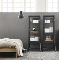 FABRIKÖR Vitrinekast | #IKEA #IKEAnl #vitrine #vitrinekast #kast #opbergen #opruimen #bewaren #uitstallen #verzameling #exemplaar #grijs #donkergrijs #prijs #design