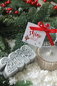 #2019 #xmas #xmasgift #gift #candle #giftset #silver Σετ με αρωματικό σαπούνι 2019 σε μπορντώ και χρυσές λεπτομέρειες & αρωματικό κερί σε γυάλινη vintage μπιζουτιέρα και καρτελάκι Shine Bright. Christmas Ornaments, Holiday Decor, Gifts, Vintage, Home Decor, Presents, Decoration Home, Room Decor, Christmas Jewelry