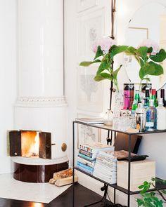lovely living room shelving with mini bar Interior Exterior, Home Interior, Interior Decorating, Studio Decorating, Decorating Ideas, Decor Ideas, My Living Room, Home And Living, Living Spaces