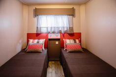 Mobil Homes en alquiler en el camping situado en primera línea de mar, en la Costa Dorada. Cinque Terre, Bed, Furniture, Home Decor, Beach Feet, El Dorado, Decoration Home, Stream Bed, Room Decor
