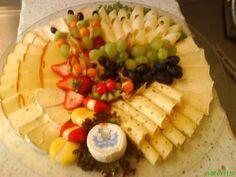 Das perfekte Käseplatte-Rezept mit Bild und einfacher Schritt-für-Schritt-Anleitung: Weichkäse in Scheiben schneiden, Grünländer rollen, Emmentaler und…