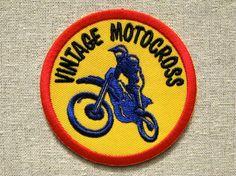 『VINTAGE MOTOCROSS』モーターサイクル・モチーフの刺繍ワッペンです。 カラフルな色合いで何処か昔っぽいバイク・レース系のデザイン。モトクロスレ...|ハンドメイド、手作り、手仕事品の通販・販売・購入ならCreema。
