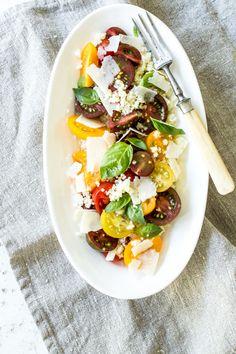 Ein knackig, frischer Couscous Salat mit Tomaten ist schnell gemacht und schmeckt als Beilage zu gebratenem oder gegrilltem Huhn oder einfach solo