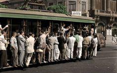 Bonde lotado entrando na Rua do Passeio, Lapa, anos 1940/1950. Nesta foto colorizada pelo participante Nickolas Nogueira, no lado direito, está o prédio do então Instituto Nacional de Música, hoje Escola de