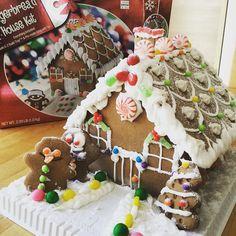 #InstagramELE #casa  Ayer mi hijo y su novia hicieron esta casa de jengibre tan bonita. Les quedó mejor que el modelo de la caja. Vaya artistas @mundai0 @banana_collimore