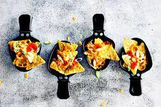 Deze nacho's maak je gewoon in je gourmetpannetje! Met zoveel kaas als je maar wilt - Recept - Allerhande Nachos, Fondue, Gourmet Recipes, Vegetarian Recipes, Tortilla Chips, Appetizers For Party, Tandoori Chicken, Tapas, Food Inspiration