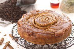 La torta spirale al caffè è una golosa rosa di pasta aromatizzata al caffè e al cardamomo e farcita con un ripieno profumato alla cannella.
