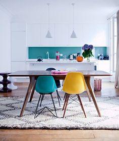 Cucina scandinava con il paraschizzi colore blu turchese per aggiunta colore