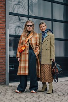 The best Copenhagen Fashion Week Street Style documented by Vogue's street style photographer Søren Jepsen. As ever, influencers and street style stars graced the pavements of Copenhagen Fashion Week with their finest looks. Street Style Fashion Week, Street Style Outfits, Street Style Trends, Autumn Street Style, Cool Street Fashion, Street Chic, Look Fashion, Street Style, Trench Coats