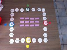 Extreme tafelmemory (zelf gemaakt) Op elk vakje staat een maaltafel. je lost de maaltafel op van het vakje. Dan zoek je het kaartje met de juiste uitkomst (1 kaart per beurt omdraaien). .Als je het juiste kaartje hebt omgedraaid, dan mag je een vakje verder en los je de volgende op. Je blijft aan de beurt tot je een fout kaartje omdraait.Als je over een pion van een ander kleur kan springen dan krijg je het lachbekje van dat kleur. Doel: alle lachbekjes verzamelen.