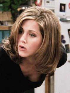 Jennifer Aniston looking hot as Rachel Green on Friends Jennifer Aniston Style, Jennifer Aniston Pictures, Rachel Green Hair, Rachel Green Friends, Hair Inspo, Hair Inspiration, Rachel Haircut, Jeniffer Aniston, Non Blondes