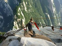One must really love tea mixed with adrenaline to enjoy the most dangerous hiking trail in the world, leading to Huashan Teahouse on top of the holy mountain Hua in China. Best Hiking Boots, Hiking Gear, Hiking Trails, Colorado, Road Trippers, Mountain Trails, Beaux Villages, Pedestrian, Tulum