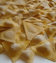 Ravioli secondo una ricetta tipica sarda: con ripieno di cipolle e conditi semplicemente con burro e salvia per dare risalto al sapore del ripieno.