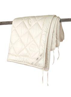 Ganzjahresdecke Baumwolle GOTS kbA, --- Hohe Saugfähigkeit und relativ geringes Wärmevermögen der Baumwolle machen diese Decke ideal für die wärmere Jahreszeit und für Menschen, die leicht ins Schwitzen kommen. Die Decke besteht aus pflanzlichen Fasern und ist waschbar. Bezug: 100 % hochwertiges Baumwoll-Inlett aus kontrolliert biologischem Anbau, 90 g/m² abgesteppt. Die Randnähte sind mit Schrägband sauber eingefasst. Füllung: 500 g/m2 GOTS kbA --- 140x200 cm | 134,00 EUR