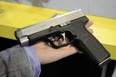 SHOT SHOW 2014: Mit der CT-40 und der CT-45 präsentiert KAHR ARMS zwei neue halbautomatische Full-Size-Pistolen in den Kalibern .40 S&W und .45 ACP.  http://www.all4shooters.com/de/Spezial/Messen-2014/SHOT-SHOW-2014-News/SHOT-SHOW-2014-Kahr-Arms/SHOT-SHOW-2014-Kahr-Arms-CT-40-CT-45-Kurzwaffe/