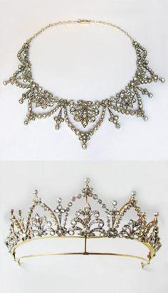 colar Victorian de diamante / tiara, do design foliate, com a graduação gavinhas rolagem dentro de arcos de diamante, cada um encimado por um conjunto de flor, definir todo com brilhante de corte e almofada de corte diamantes, pesando um total de cerca de 30 ...