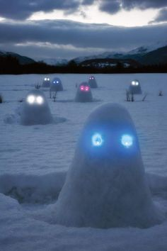 Glowing Snow Ghosts ~ pile snow into mounds & insert glow sticks or led lights for the eyes ~ halloween spooky fun all winter long ~ snow play fun for the kids ~ outside winter fun ideas Snow Much Fun, Winter Fun, Winter Snow, Winter Games, Long Winter, Schnee Party, Snow Monster, Monster Face, The Neighbor