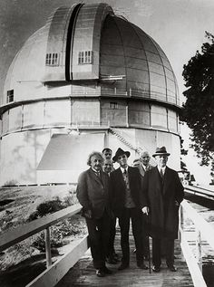 Einstein visiting the observatory of Mount Wilson, which at that time operated the largest telescope. Albert Einstein Photo, Albert Einstein Quotes, Isaac Newton, Real Academia Española, Astronomical Observatory, Modern Physics, Theoretical Physics, Theory Of Relativity, Black And White
