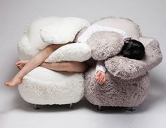 Imaginé et réalisé par la designer Lee Eun Kyoung pour les « A' Design Awards », ce drôle de fauteuil baptisé « Free Hug Sofa » est un véritable compagnon de câlins. Inspirée par son petit neveu qui se blottit dans les bras de sa mère pour chercher réconfort, amour et sécurité, ce fauteuil est pourvu de deux énormes bras en peluche qui ne demandent qu'à vous enlacer. Le Free Hug Sofa est le partenaire idéal pour lire un livre, faire une sieste ou regarder un film.