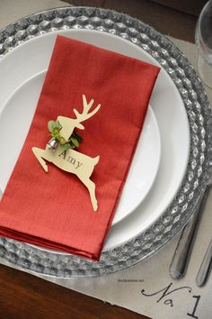 These DIY Christmas Place Cards are a great and simple way to add some personality to your Christmas Table Setting. Christmas Place Cards, Christmas Table Settings, Christmas Tablescapes, Christmas Table Decorations, Noel Christmas, Christmas Projects, Reindeer Christmas, Christmas Place Setting, Diy Christmas Seating Cards