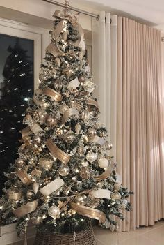 39 Aesthetically Pleasing Christmas Trees That'll Make You Say