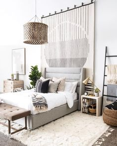 High ceiling bedroom anyone? Loving the idea of a hanging rug as a main piece be. : High ceiling bedroom anyone? Loving the idea of a hanging rug as a main piece behind the bed.⠀⠀⠀⠀⠀⠀⠀⠀⠀ Double tap if you wish… Tall Wall Decor, Hanging Rug On Wall, Ceiling Hanging, Wall Rugs, High Ceiling Bedroom, Loft Bedroom Decor, White Rooms, White Bedroom Walls, Wooden Wall Bedroom