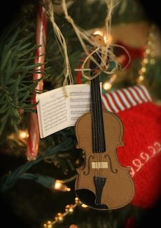 Violin holiday play list! Since we're blasted with holiday music everywhere at this time of year, I thought I'd start a holiday play list just for us violin fans, with some good string-playing. Lots of videos! http://www.violinist.com/blog/laurie/201412/16467/