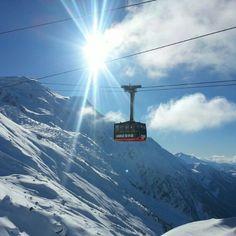 Téléphérique de l'Aiguille du Midi in Chamonix Mont-Blanc, Rhône-Alpes. На высоте 3800 метров на вершине Эгюий-дю-Миди находится стеклянная клетка, которая называется «Шаг в пустоту»