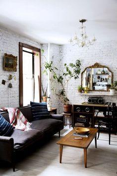 Bielona ściana ceglana w salonie
