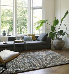 Synthetic Rugs, Neutral Colour Palette, Geometric Rug, Mosaic Designs, Trendy Colors, Modern Rugs, Shades Of Blue, Contemporary Design, Lana